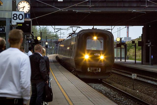 Öresundståg passerar en perrong i Danmark. Foto: News Oresund